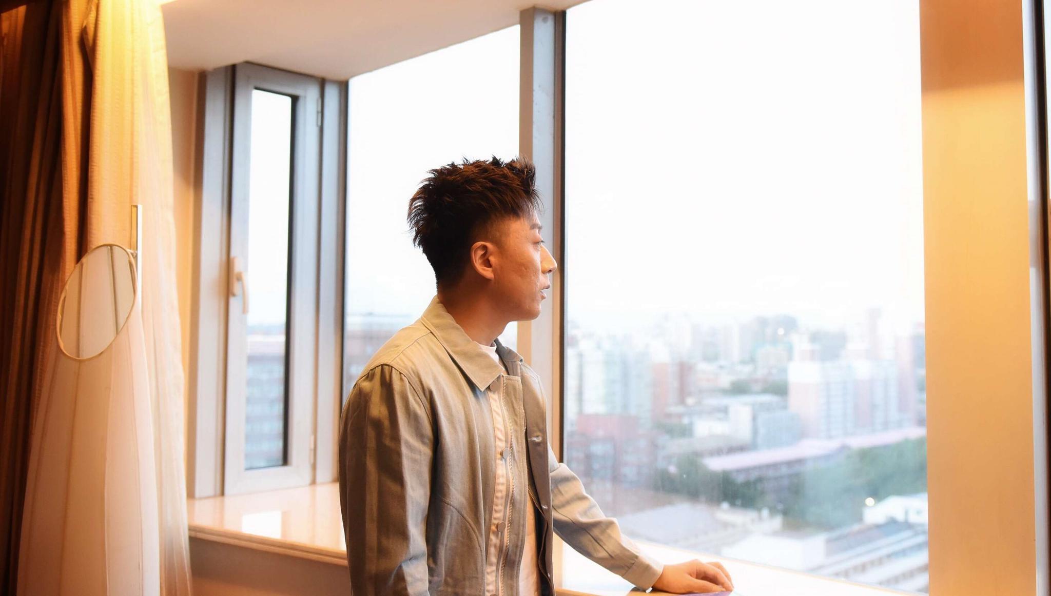 张磊与好友组建足球队 闲适淡然找寻音乐灵感