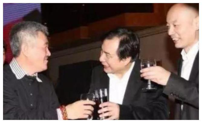 京A88888车主可真有牌面,一辆车值2亿,赵本山也得站着跟他陪酒