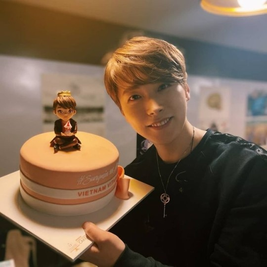 SUPER JUNIOR李晟敏拿着粉丝赠送的solo出道纪念蛋糕笑容可掬