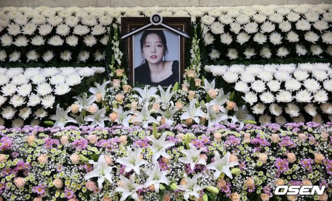 具荷拉粉丝最后的问候 遗属方面特别准备了悼文场所