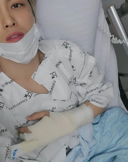 金在中手指受伤接受手术 表示演唱会如期举行请不要担心