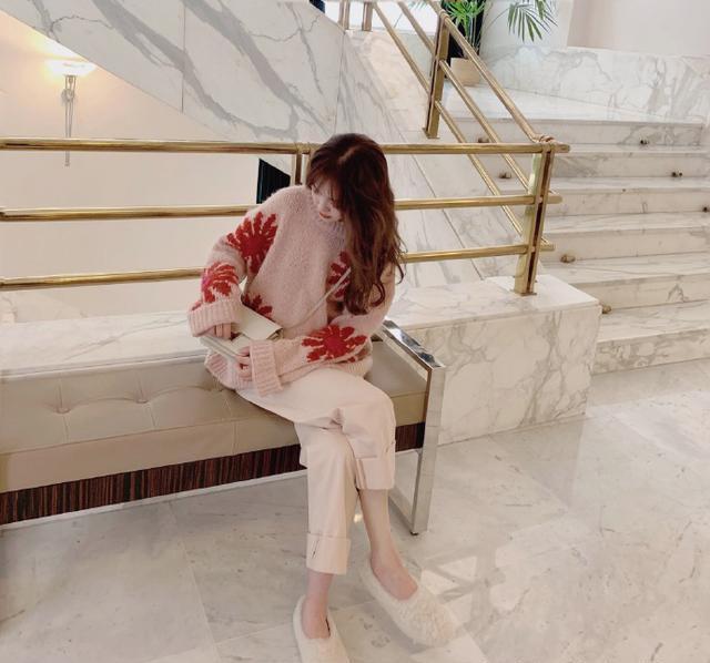 张子萱又晒街拍新风格,针织毛衣配阔腿裤,青春俏皮少女感十足