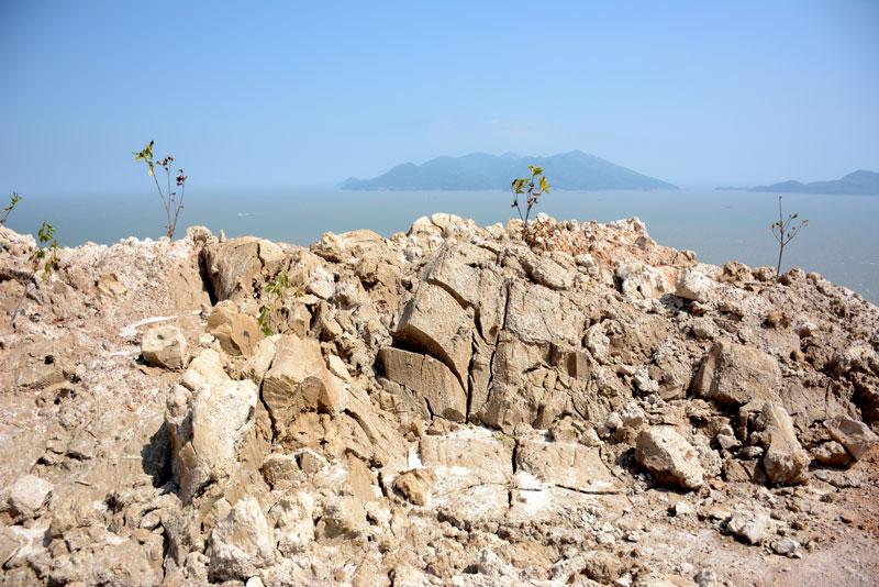 """福建福鼎一""""三无""""砂石厂非法生产,严重污染大海和林地"""