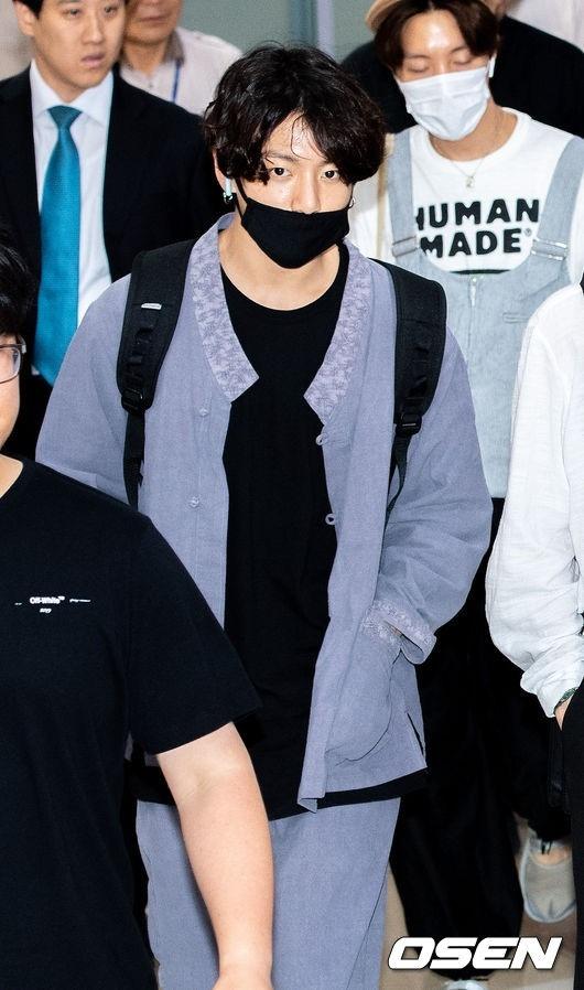 防弹少年团田柾国在机场穿的生活韩服成为时尚大批粉丝购买