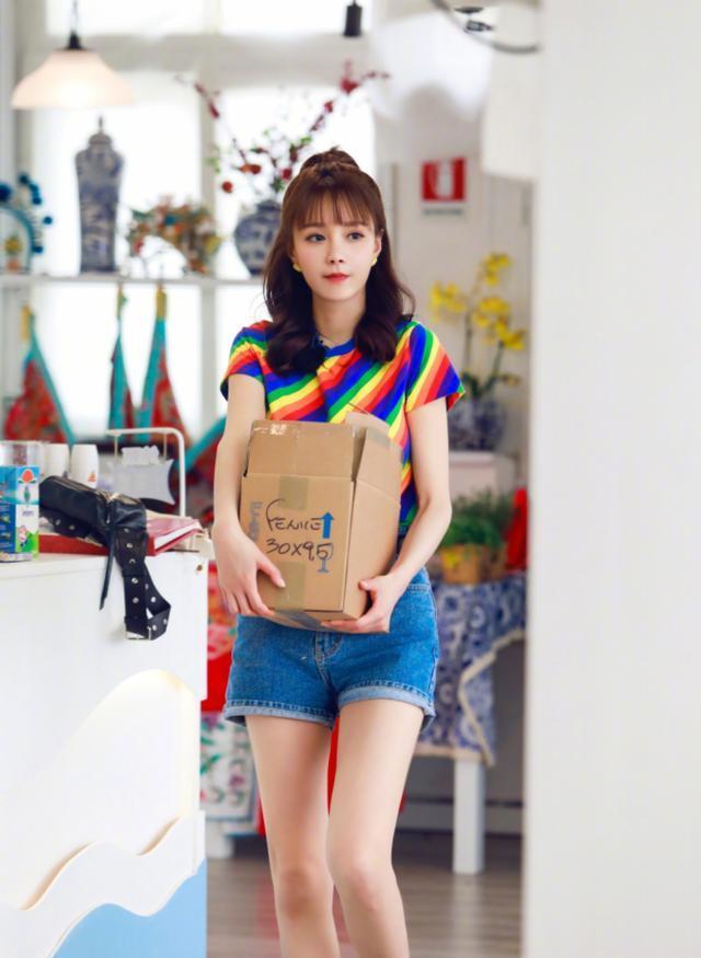 沈梦辰30岁嫩回18岁,彩虹色T恤配高腰牛仔短裤,穿对衣服超减龄