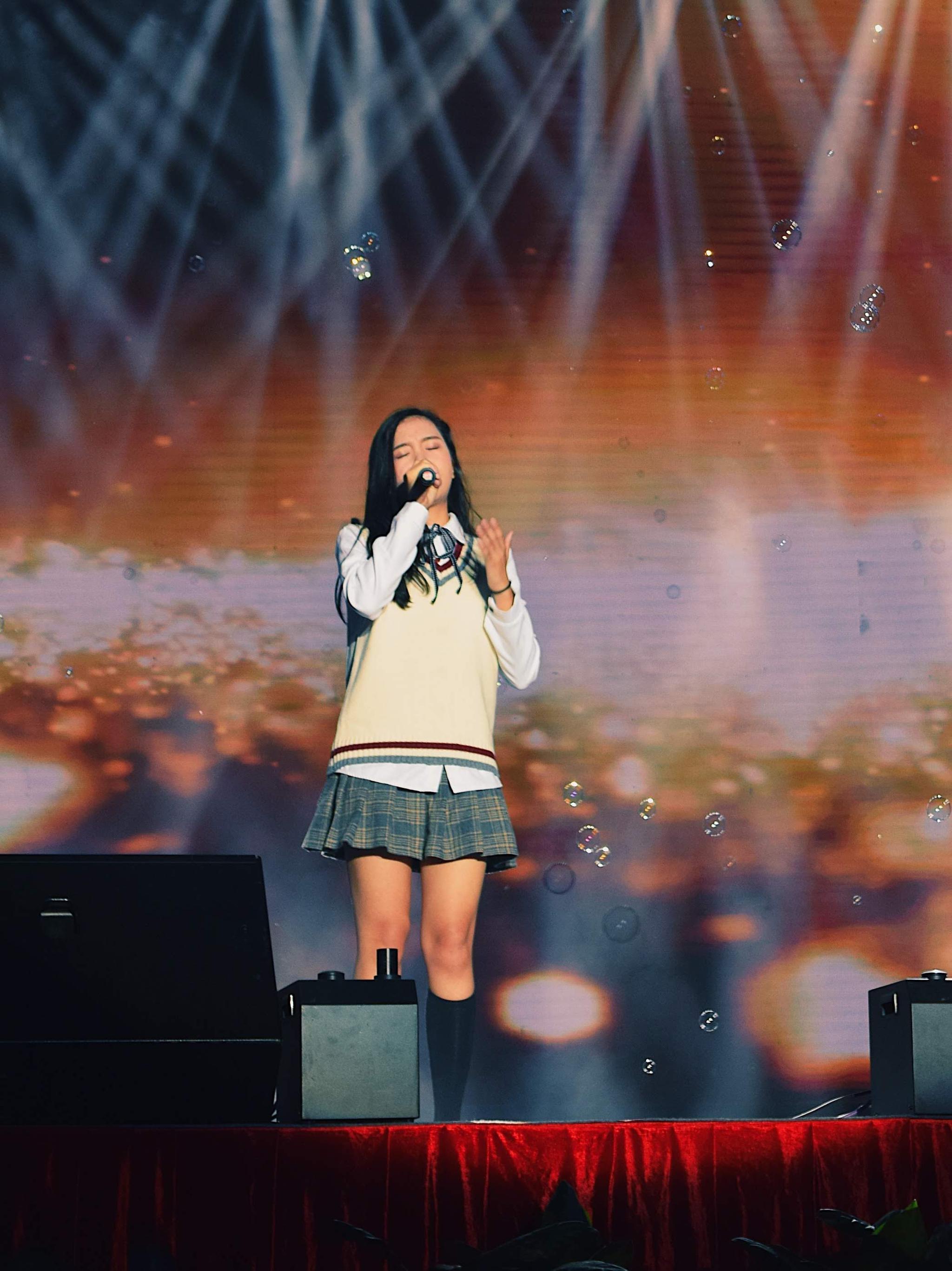 新歌声学员陈颖恩亮相深圳演唱 与千位学生共迎新年