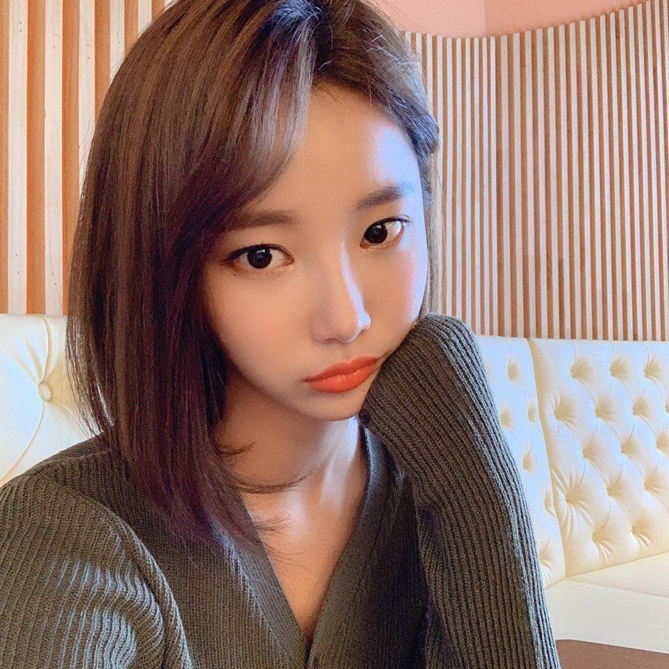 MOMOLAND李妍雨公开清纯魅力十足的近况照片可爱的表情