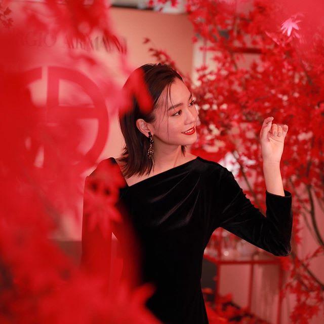 桐谷美玲身着红叶晚礼服受到粉丝好评:魅力惊人美得过火
