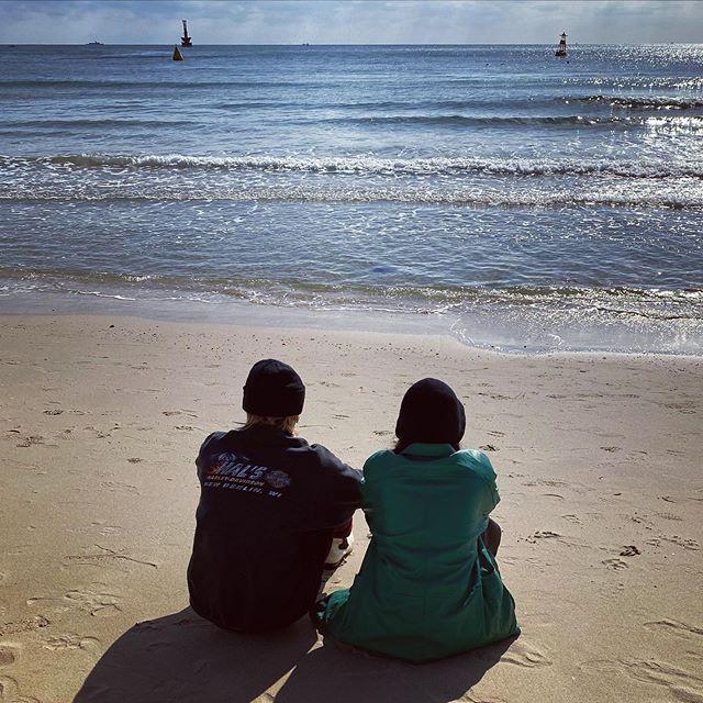 金泫雅和DAWN公开首次约会 交往4年的情侣在海边玩捉迷藏