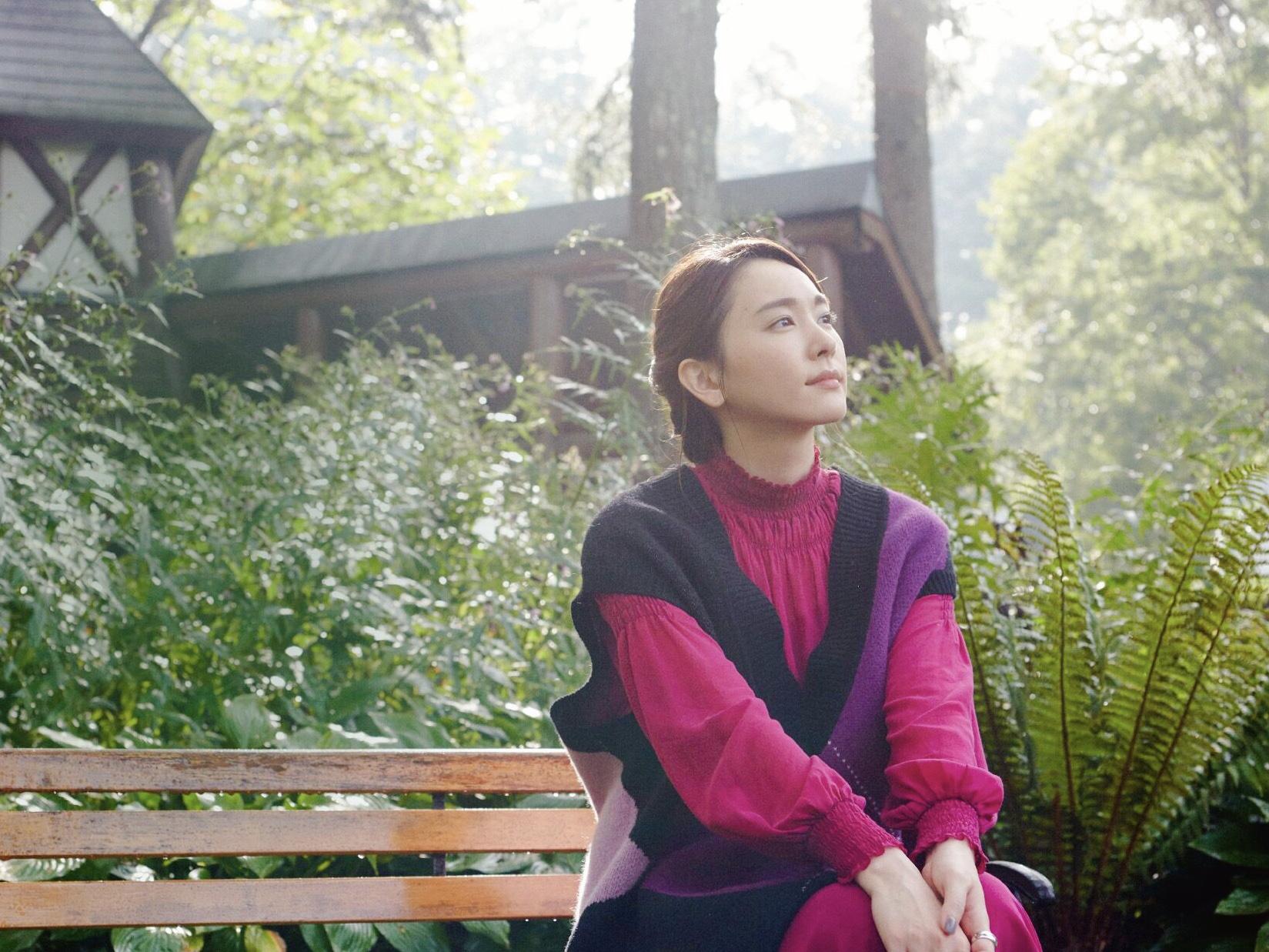 新垣结衣《旅色》秋天的装束在轻井泽的脸上流露出满足的成熟表情。