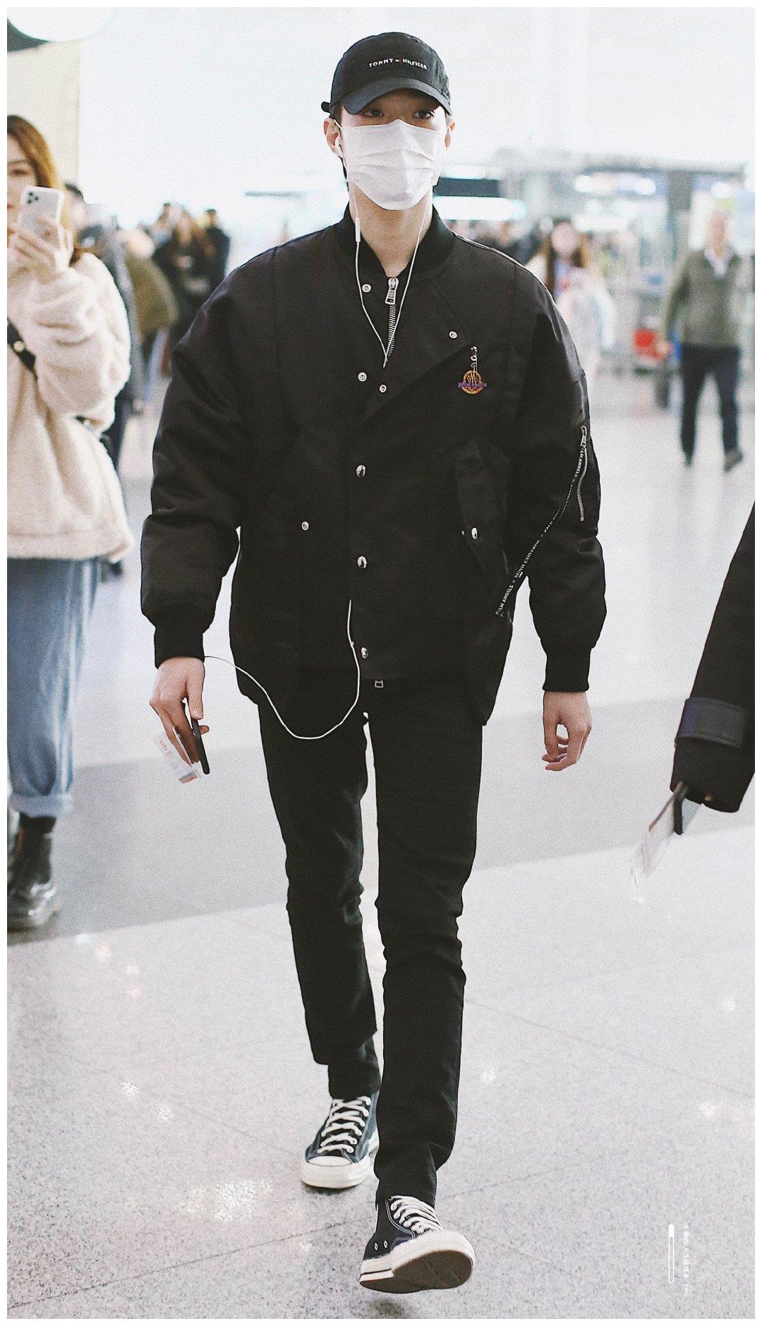 赖冠霖只有18岁,却衣品开挂,一身黑造型走机场,居然照样酷帅!