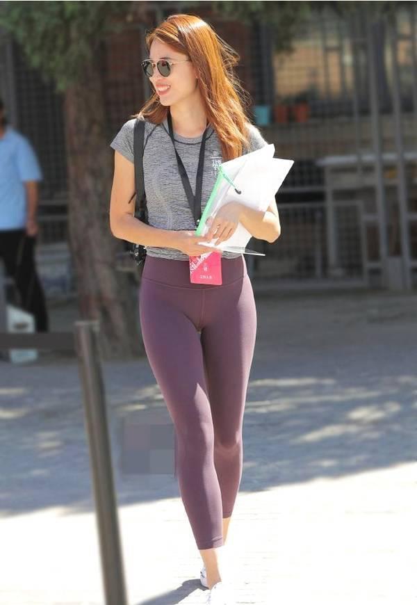 优雅的打底裤美女,展现不一样的优雅气质!