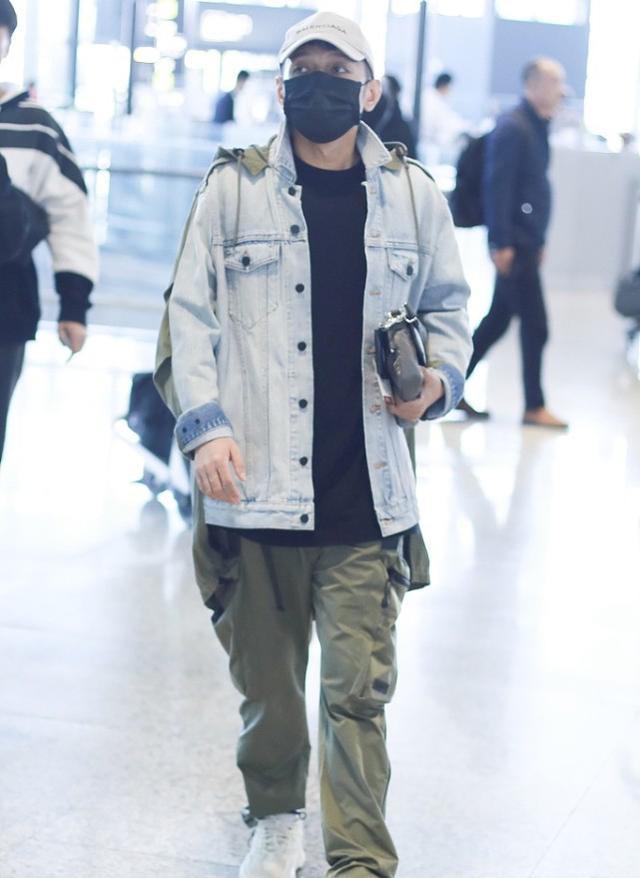 李维嘉现身机场,穿假两件牛仔夹克搭工装裤,光看穿着不像43岁