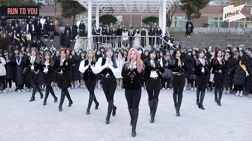 宇宙少女给高考结束的学生们带来惊喜 在高中举办游击演唱会