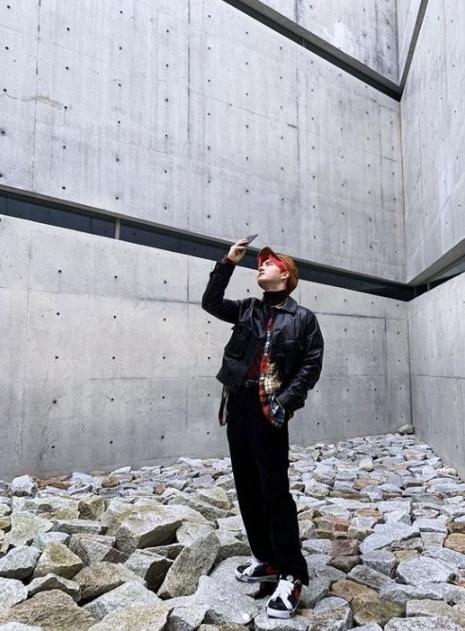 EXO金俊勉散发着冷静气场和敏锐时尚感 粉丝们注意到他服装有些特别