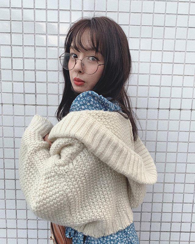 山田菜菜带着冬天味的眼镜×开襟毛衣私服图