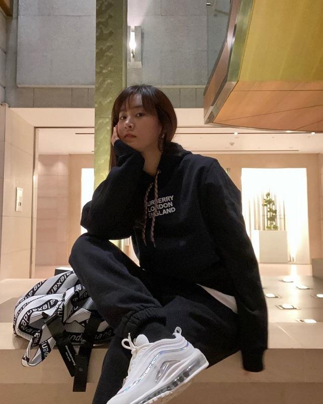 少女时代权侑莉陆续公开近况照片 向粉丝打招呼