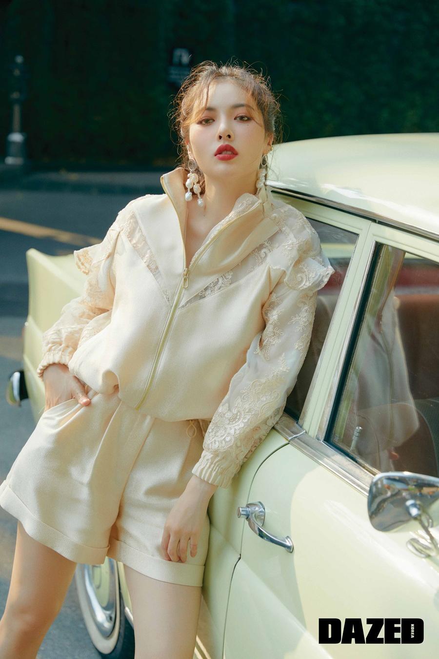 歌手泫雅公开了最新杂志写真 魅力无限的时尚写真