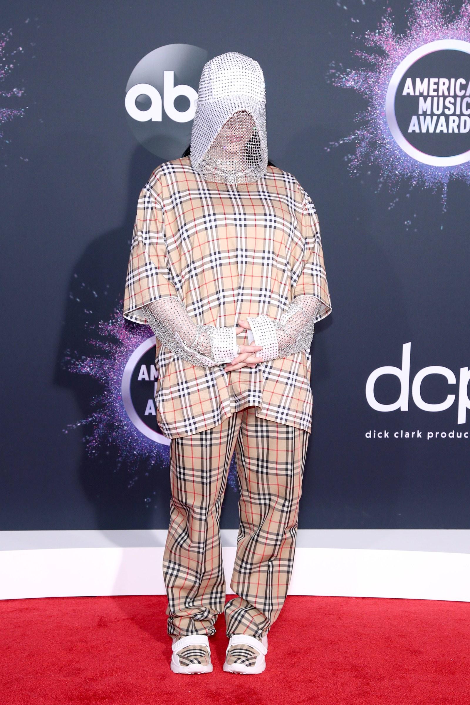 比莉·艾利什将《使女的故事》带到了全美音乐奖的红毯上