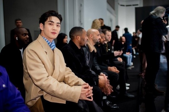 姜东昊出席巴黎时装周 穿出个性的单品