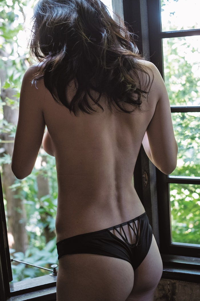 长谷川京子美胸围×背部的大胆照成为话题