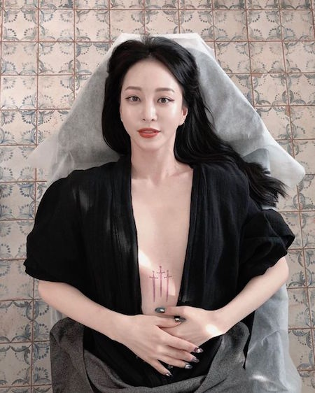 女演员韩艺瑟在胸间大胆纹身 性感美爆发
