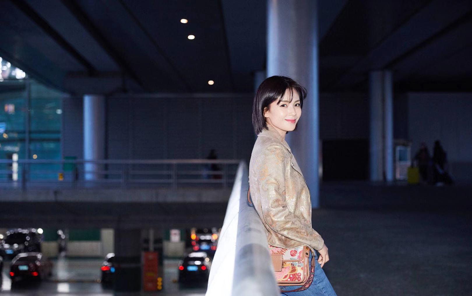 刘涛启程米兰时装周,机车夹克搭简约牛仔,换发型后更美了!