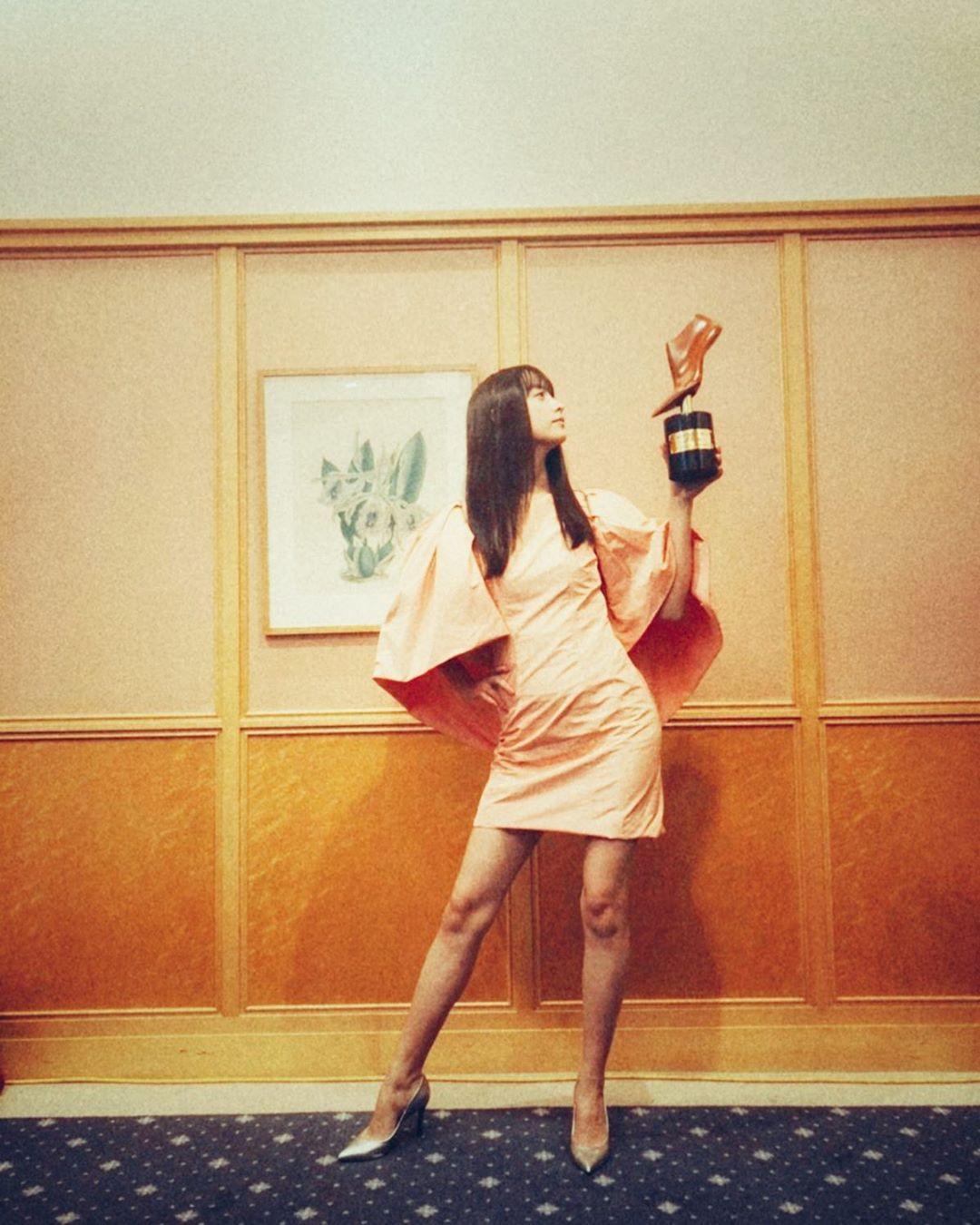 山本美月因获得美腿大奖表示:这一年的腿让人印象深刻