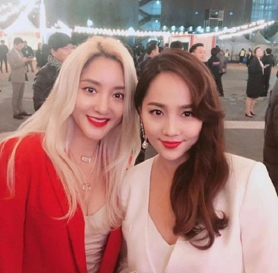 S.E.S.崔盛希和金柳真在江陵国际电影节上的红白合照
