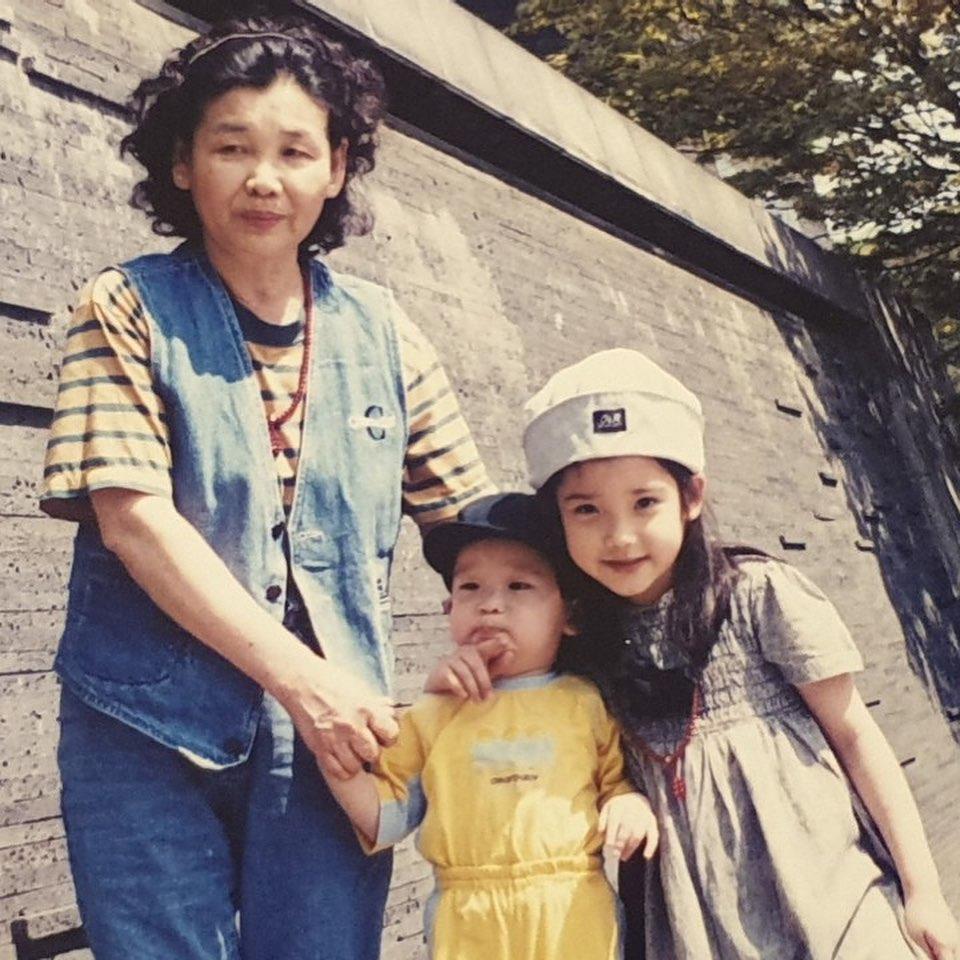 IU发布了两张超级可爱的照片来庆祝她弟弟李钟勋的生日