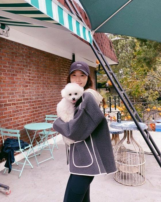 少女时代林允儿公开了与伴侣犬莱奥的合影 散步中美貌怡人