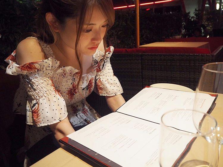 乃木坂46松村沙友理在菜单上烦恼的样子让粉丝们觉得吃得津津有味好可爱