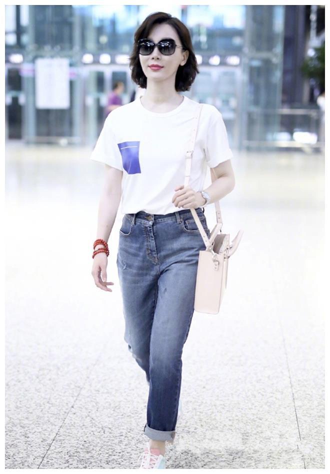 不挑年龄的夏季组合:白色T恤配牛仔裤,沈月陈数教你搭 牛仔搭配 3