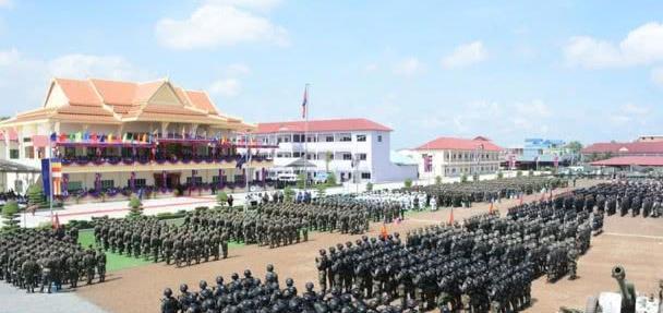 """柬埔寨陆军精锐部队展示装备,一武器外罩护套,透露""""神秘""""气息"""