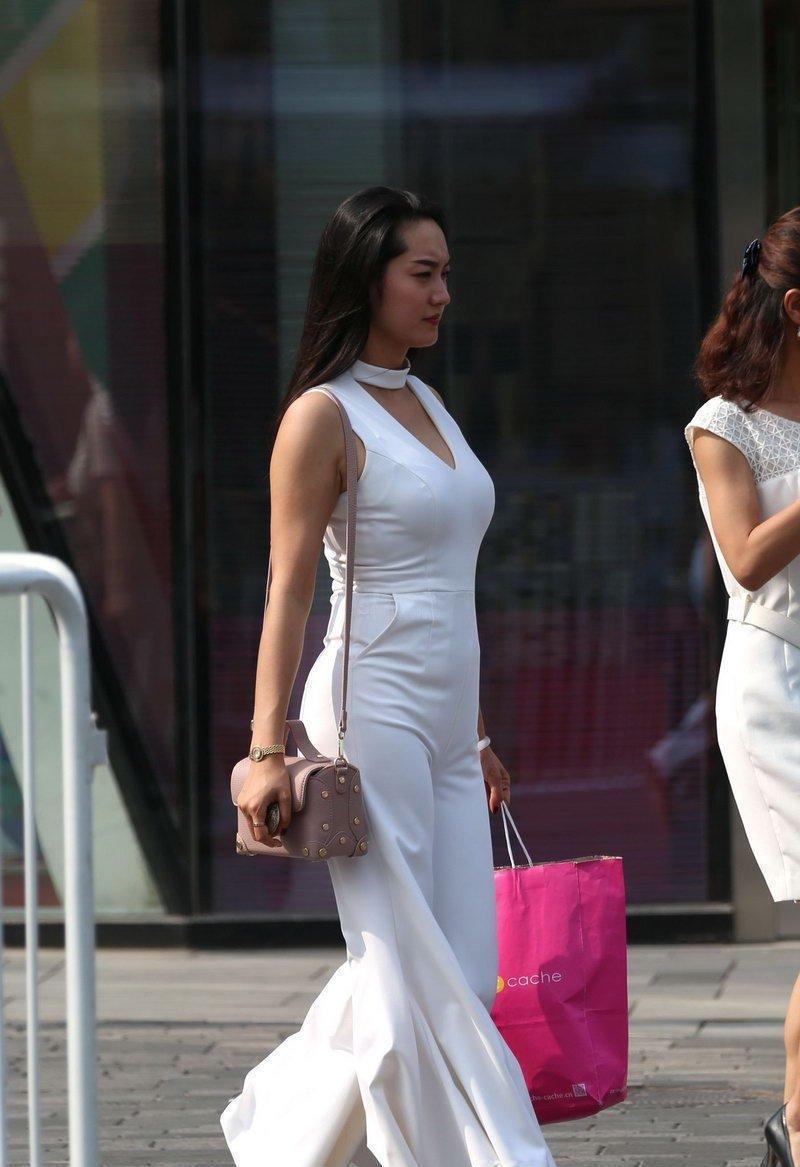 最骚女人b_街拍: 白裙挤b少妇前凸后翅散发魅力女人味!