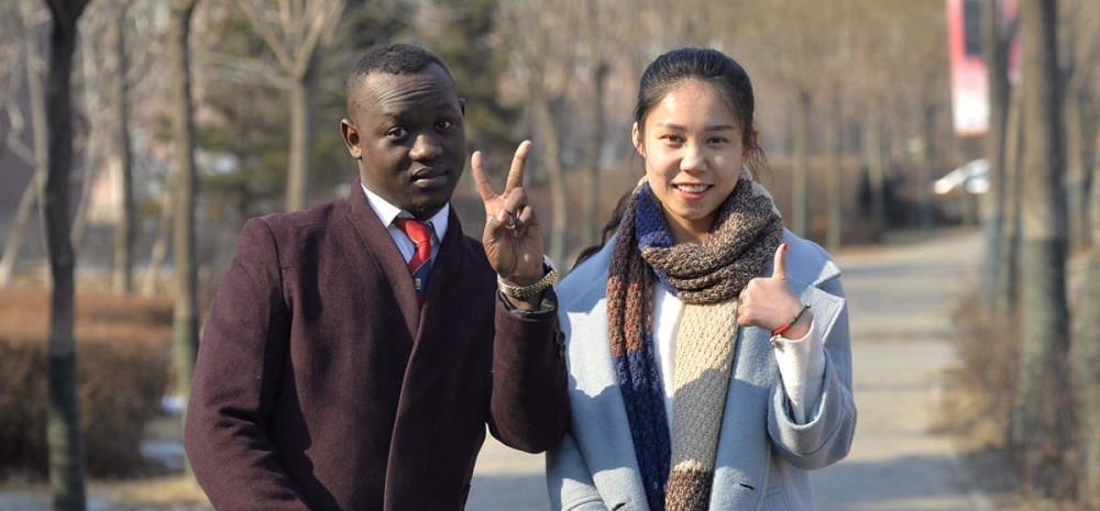 黑人大战中国女孩视频_黑人小哥寻找中国美女 他心目中的女神
