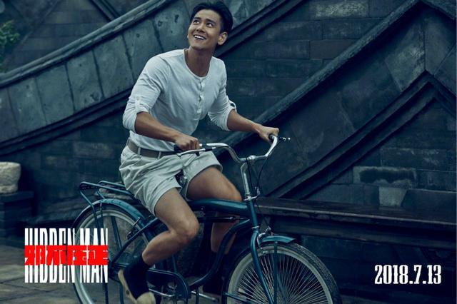 彭于晏光脚_彭于晏光着大白腿骑自行车,许晴慵懒秀事业线,邪不压正海报亮了