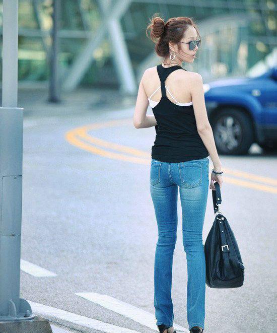 粉衣牛仔裤美女_美女穿牛仔裤很有感觉, 撩人姿态魅力无限