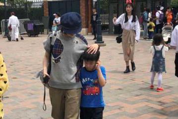 黄圣依独自带儿子在迪士尼游玩被拍 安迪不开心全程黏在妈妈身边