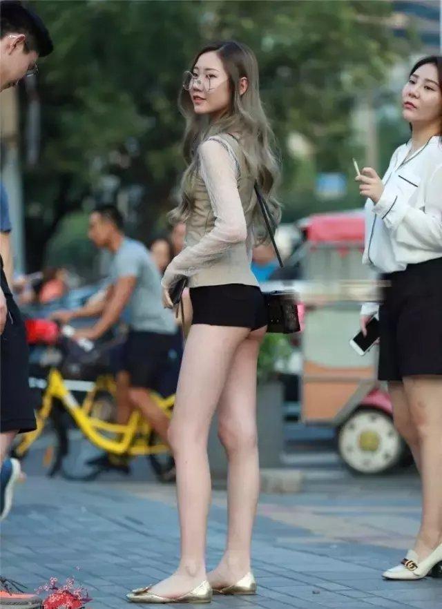 姐姐的屁眼��.�y��yd%_街拍时尚: 这小姐姐穿的才是正宗的超短裤, 屁股都露在外面
