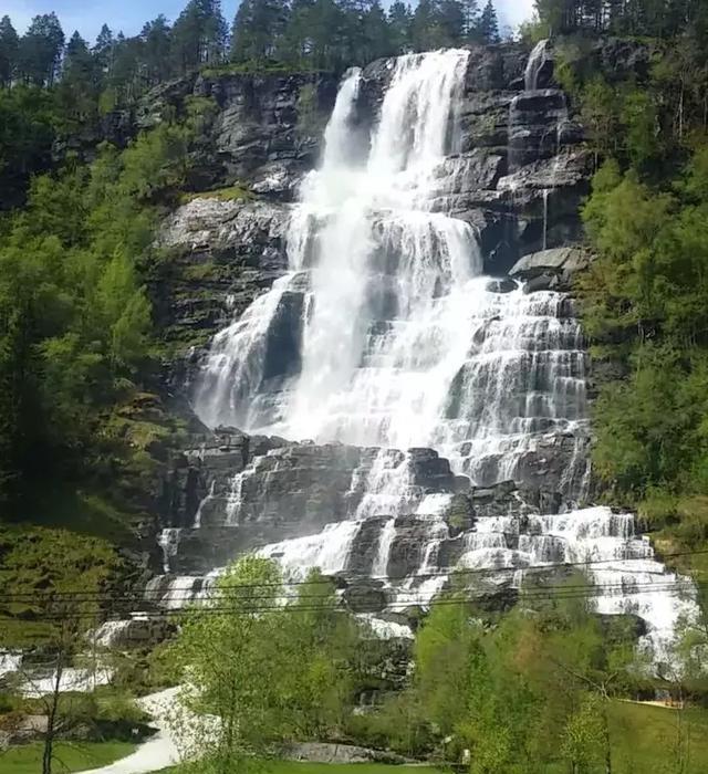 �yke_斯万达尔瀑布在国家公路风景线吕菲尔克之路(ryfylke)的520号公路上