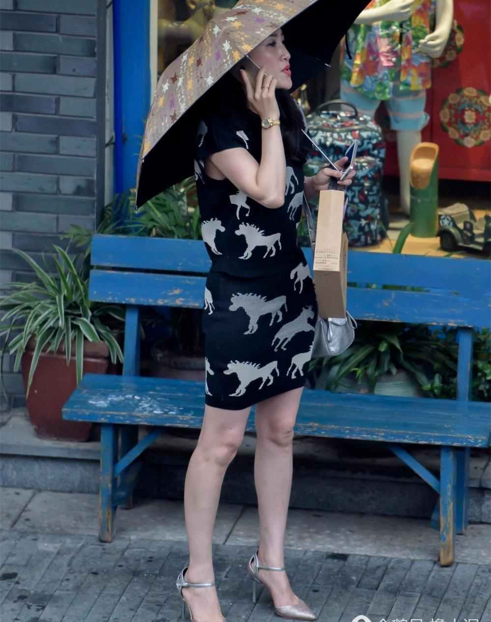 操十岁少女_街拍三十岁辣妈时尚搭配也能穿出美丽少女感