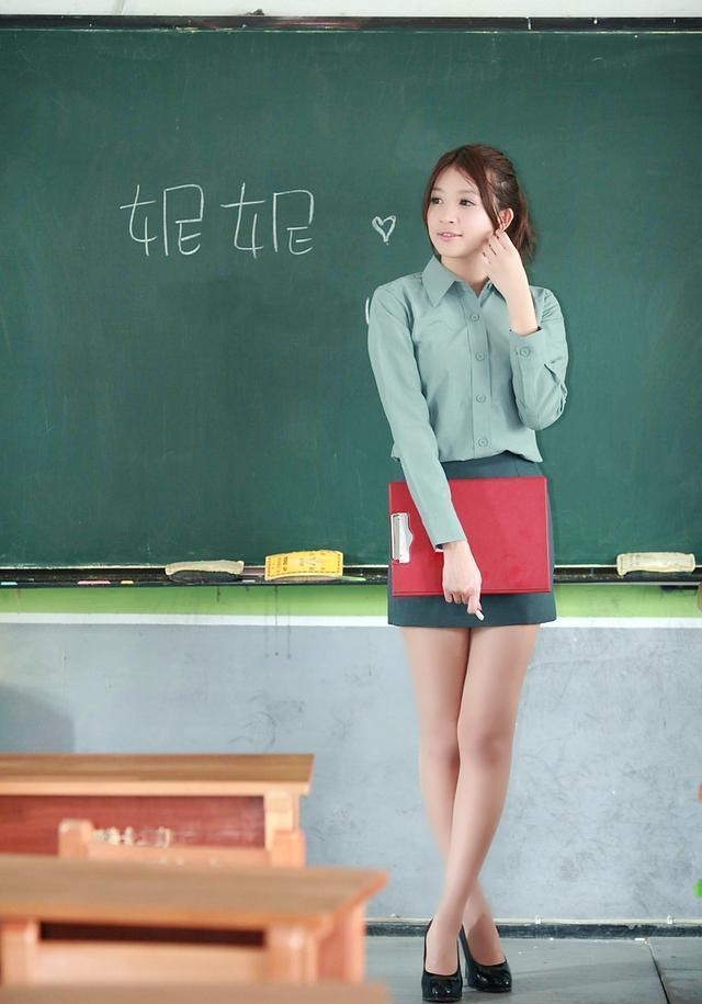 我和新来的女老师_学校里新来的一个美女班主任老师