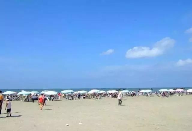 北海游泳偷拍_银滩附近海域每年有9个多月可以入水游泳.