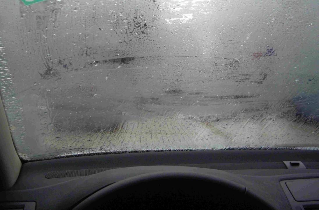 车窗垃�_教你一招,车窗起雾后这样做,立马洁净如新,开了五年车