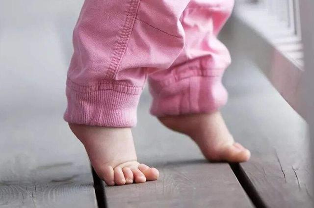 宝宝光脚_宝宝光脚走路到底好不好?看完本文,保证你不再纠结!