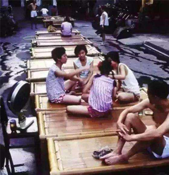 1990年中國歷史老照片, 美女們正在游泳圖片