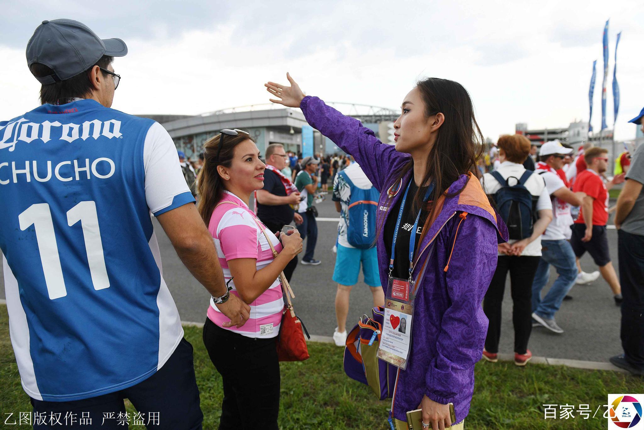 世界杯志愿者中的中国女孩,因太美常被球迷搂