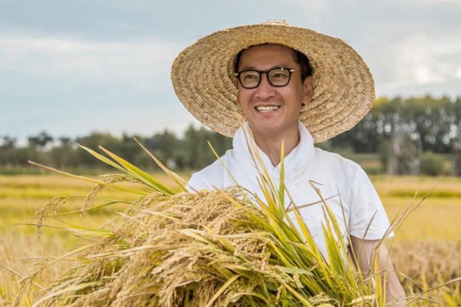 草帽农夫_而他戴着草帽,拿着镰刀,抱着金黄的水稻,俨然一副快乐的农夫形象
