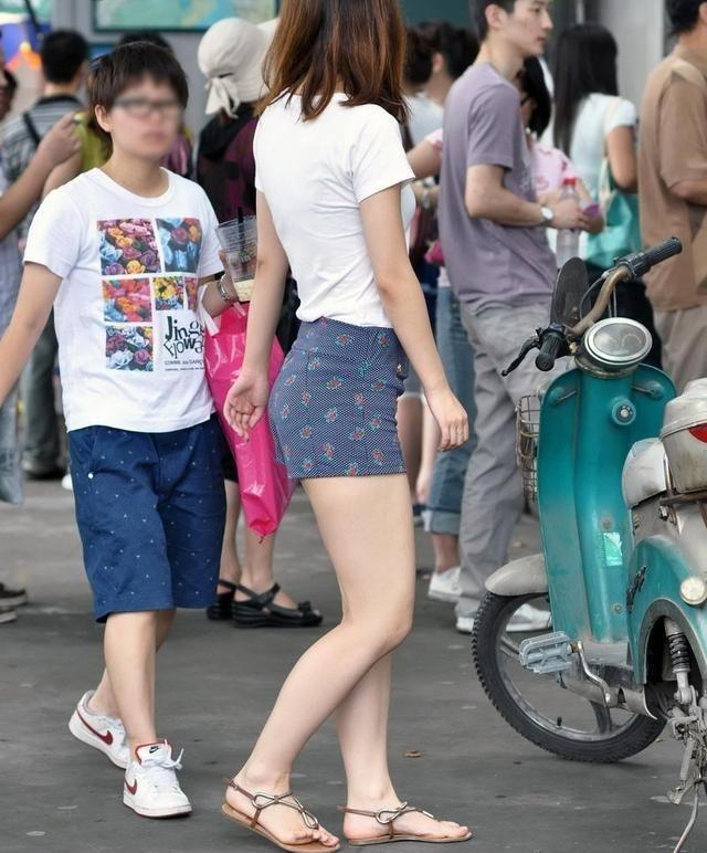随拍青岛街头美女_街拍: 夏日青岛街头的大长腿美女